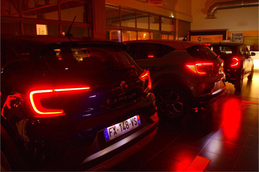 véhicules neufs vue arrière du garage Renault Sommières phares allumés